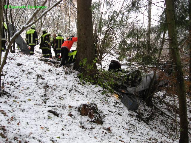 (c) Feuerwehr Denklingen: 10.11.07 - 13:20 Uhr - PKW stürzt Lechhalde hinunter