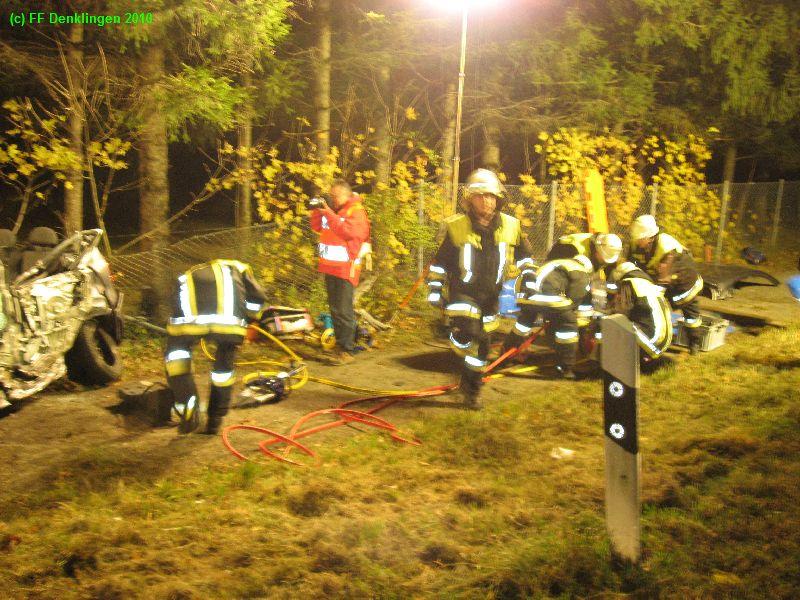 (c) Feuerwehr Denklingen: 29.10.2010 - 22:54 Uhr - VU PKW LKW - B17 Lechblick
