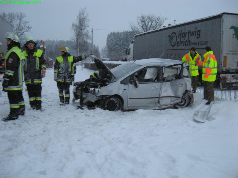 (c) Feuerwehr Denklingen: 24.01.2011 - 16:16 Uhr - VU PKW LKW - B17 Gut