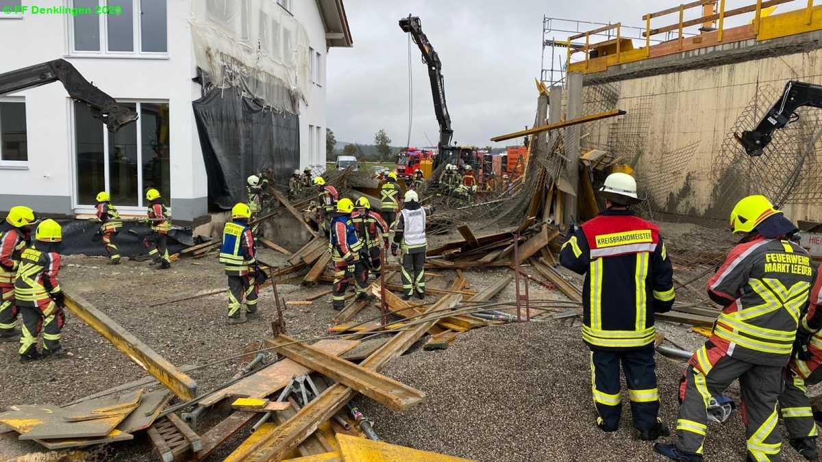 (c) Feuerwehr Denklingen: 16.10.2020 - 11:13 Uhr - Einsturz Gerüst, Denklingen