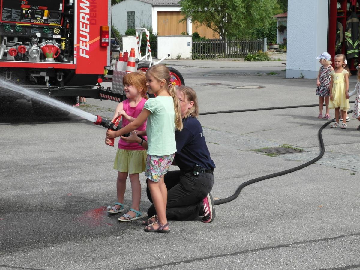 (c) Feuerwehr Denklingen: 19.07.17 - Kindergarten zu Besuch bei der Feuerwehr